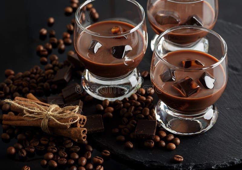 Exponeringsglas av den kräm- kaffecoctailen eller choklad martini på svart b arkivbild