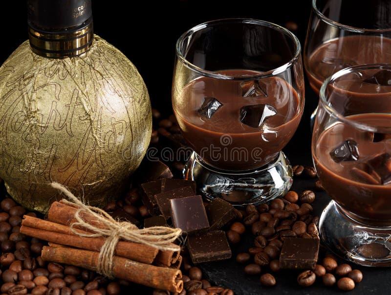 Exponeringsglas av den kräm- kaffecoctailen eller choklad martini på svart b arkivfoto