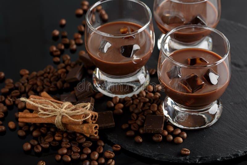 Exponeringsglas av den kräm- kaffecoctailen eller choklad martini på svart b royaltyfri bild