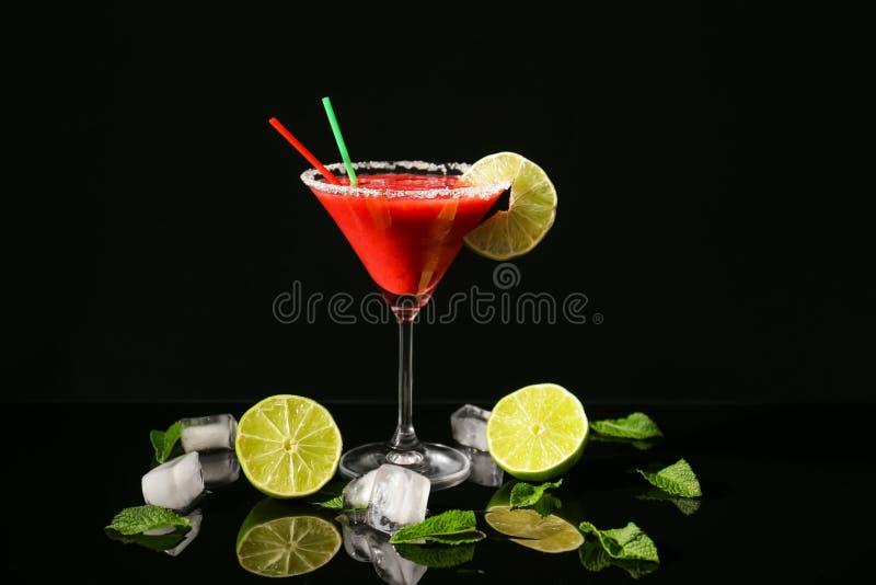 Exponeringsglas av den läckra jordgubbedaiquirien med limefrukt royaltyfria bilder
