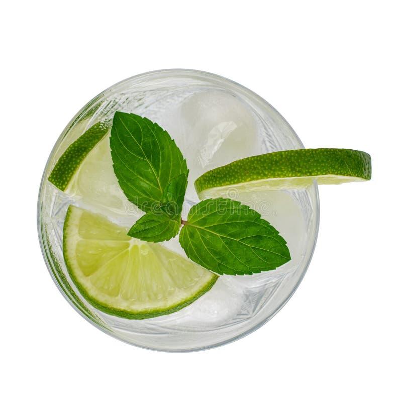 Exponeringsglas av den Mojito coctailen med limefrukt och mintkaramellen som isoleras på vit bakgrund Top besk?dar arkivfoto