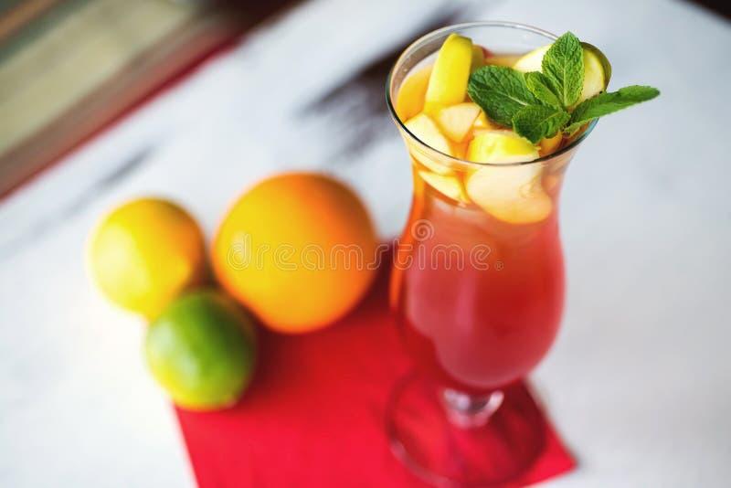 Exponeringsglas av den nya nonalcoholic coctailen med limefrukt royaltyfria bilder