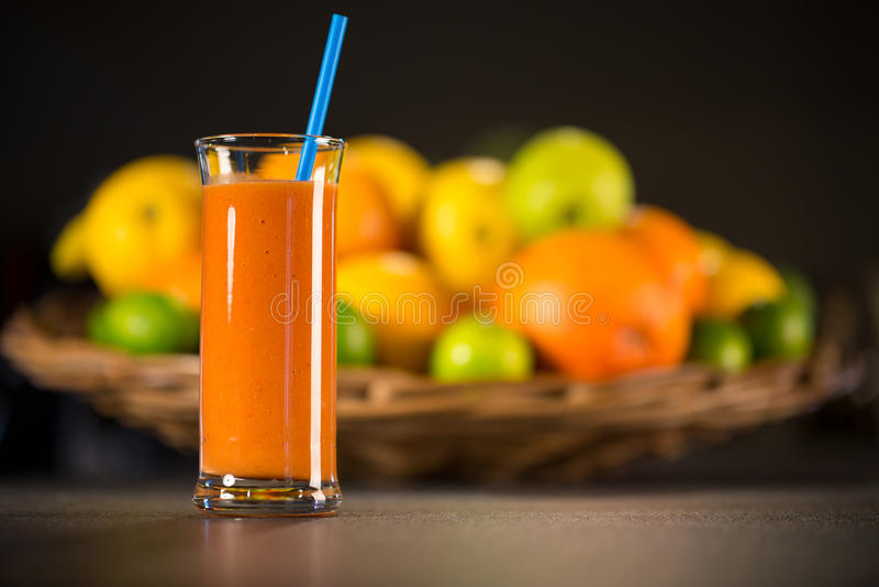 Exponeringsglas av den nya smoothien som göras från apelsiner, morötter royaltyfri foto