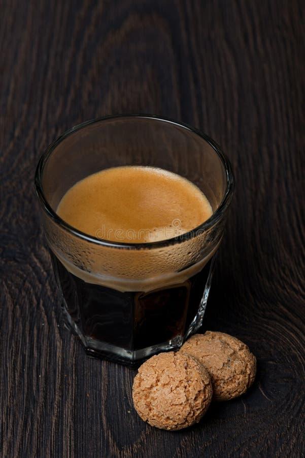 Exponeringsglas av espresso- och mandelkakor, selektiv fokus royaltyfri fotografi