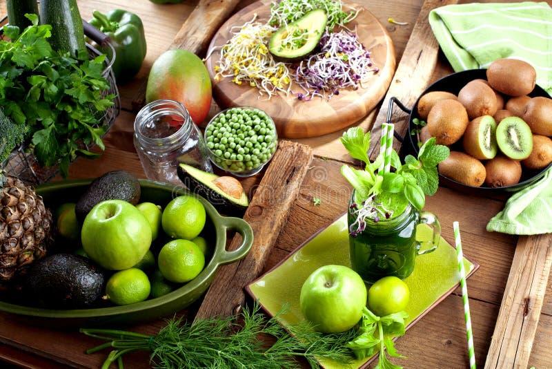 Exponeringsglas av fruktsaft för ny grönsak på mörk träbakgrund royaltyfria foton