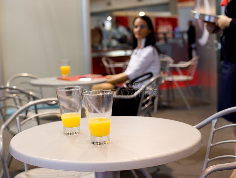 Exponeringsglas av fruktsaft på stångtabellen royaltyfri foto