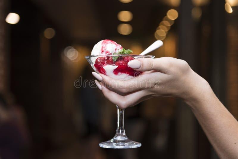 Exponeringsglas av glass med frukt i händerna av en gir royaltyfria bilder