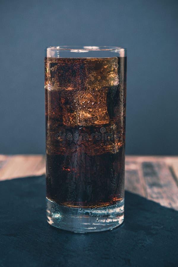 Exponeringsglas av iskall cola royaltyfri foto