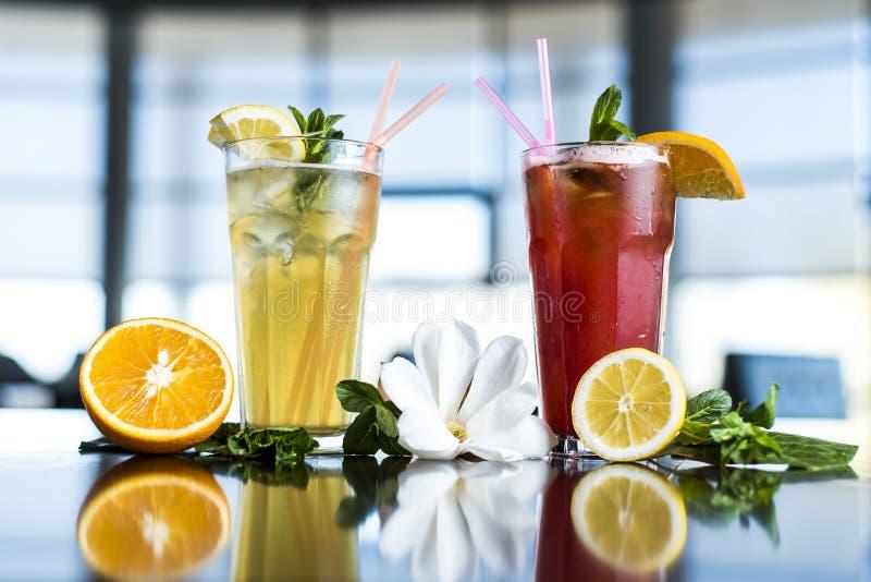 Exponeringsglas av iste med mintkaramellen och citronen på trätabellen royaltyfri fotografi