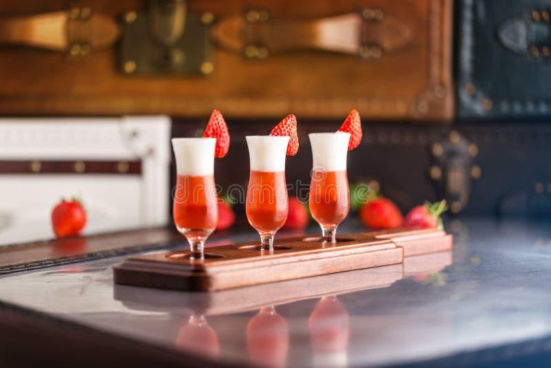 Exponeringsglas av jordgubbecoctailen royaltyfri fotografi