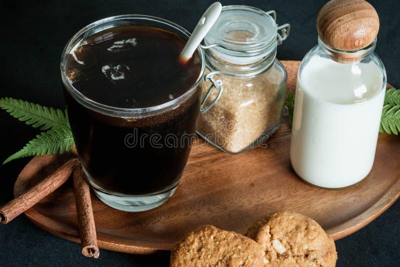Exponeringsglas av kaffe med farin och att mjölka royaltyfri bild