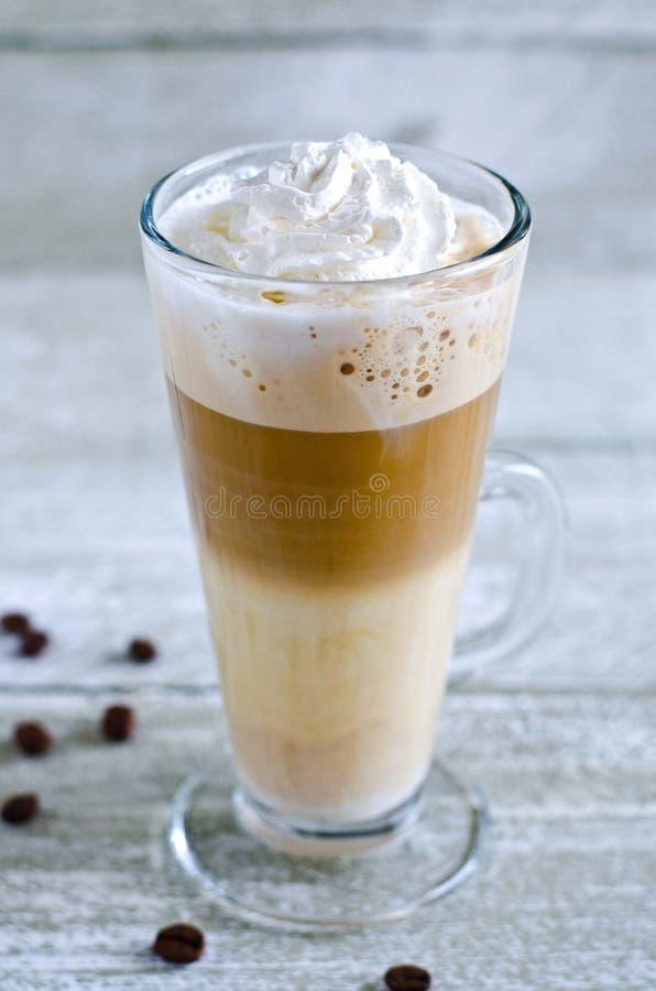 Exponeringsglas av kaffe med piskad kräm royaltyfri foto