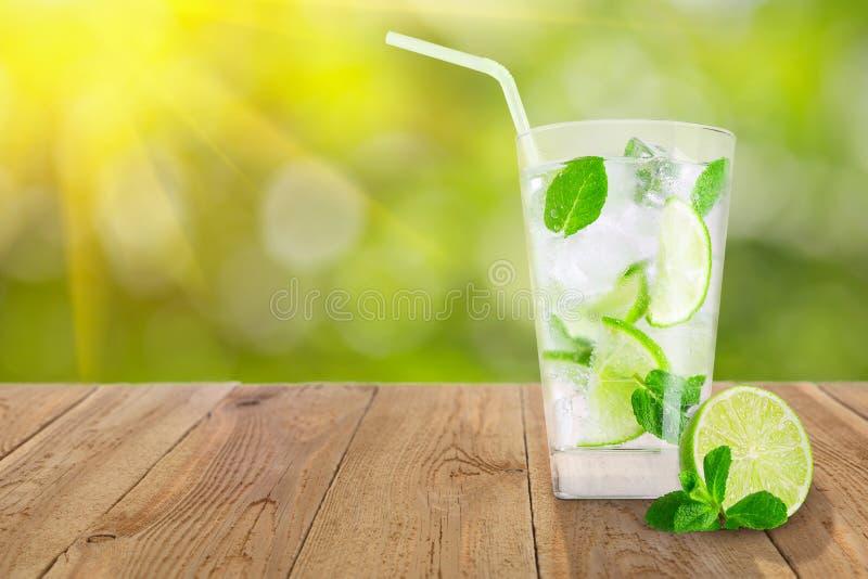 Exponeringsglas av kall lemonad arkivfoto