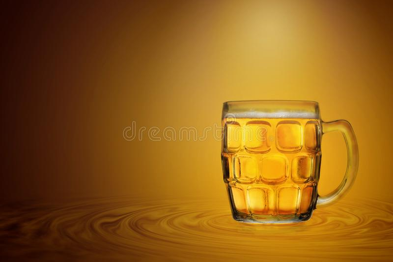 Exponeringsglas av kallt öl över guld- färgbakgrund arkivfoton