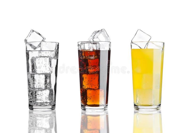 Exponeringsglas av lemonad för orange sodavatten för cola med is royaltyfri bild