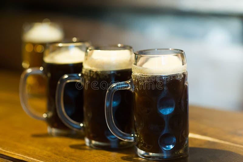 Exponeringsglas av mörkt öl på en bar royaltyfria bilder