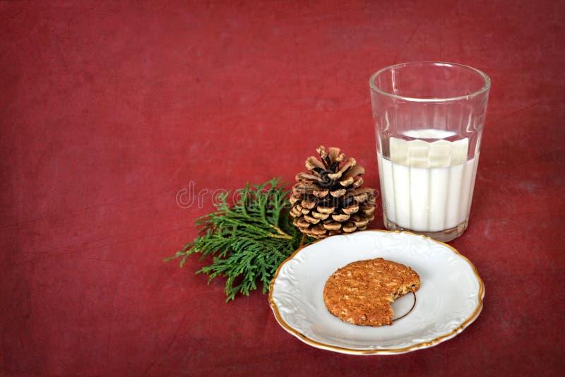 Exponeringsglas av mjölkar och kakan för Santa Claus royaltyfri bild