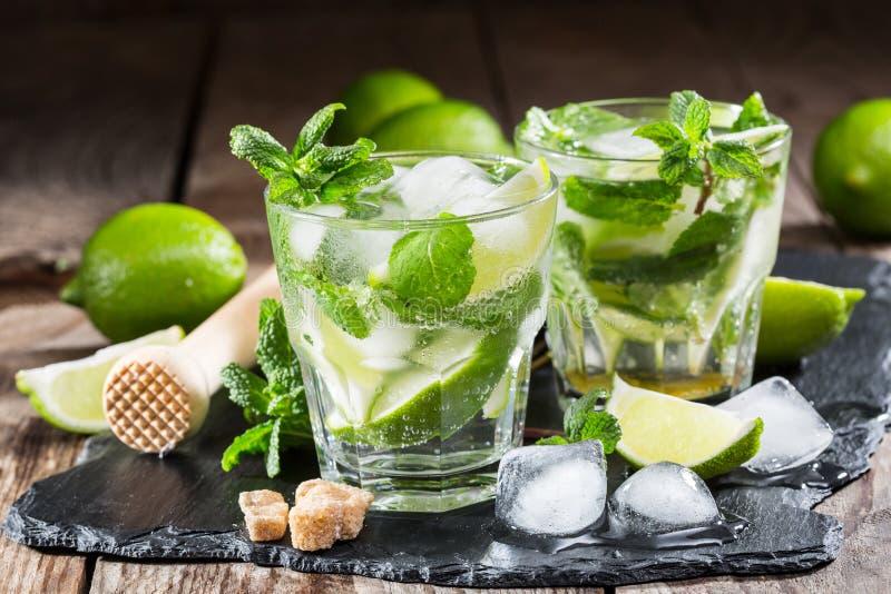 Exponeringsglas av mojitococtailen med ny limefrukt royaltyfria bilder