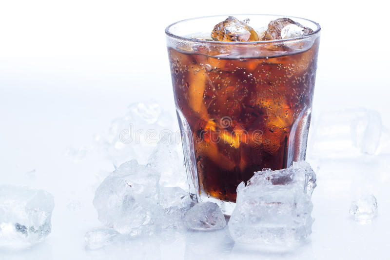 Exponeringsglas av ny cola över den vita bakgrunden arkivfoton
