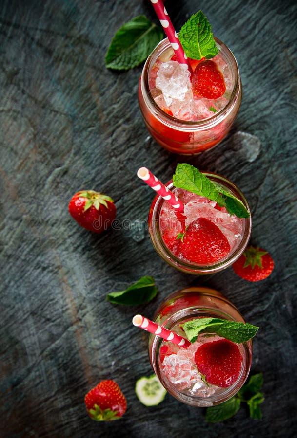 Exponeringsglas av ny hemlagad fruktsaft royaltyfri fotografi