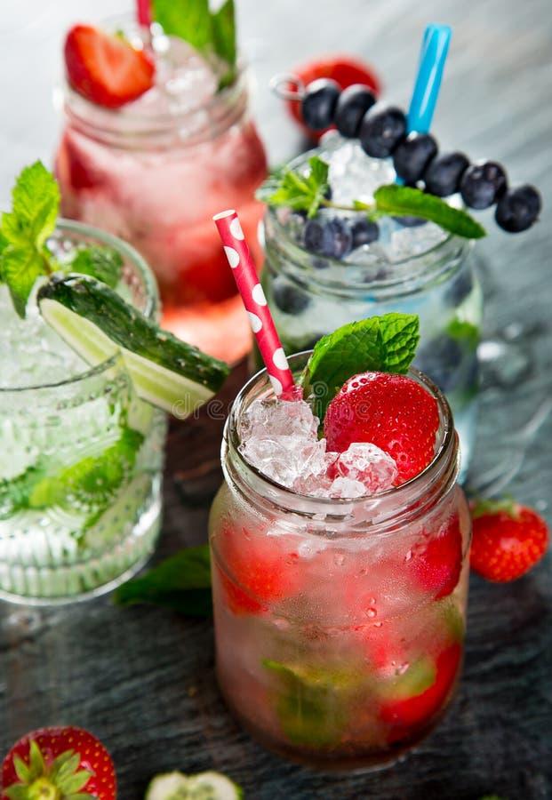 Exponeringsglas av ny hemlagad ny fruktsaft fotografering för bildbyråer