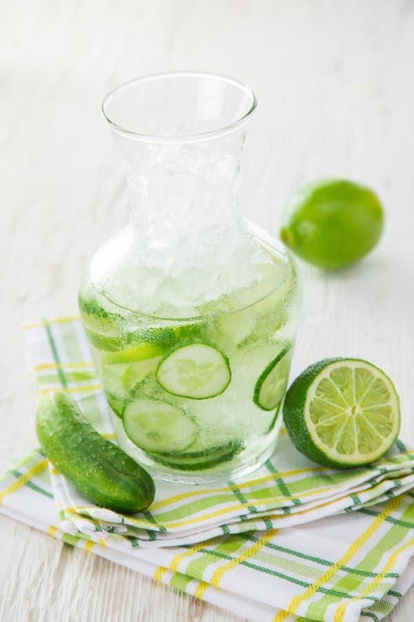 Exponeringsglas av ny hemlagad ny gurkafruktsaft fotografering för bildbyråer