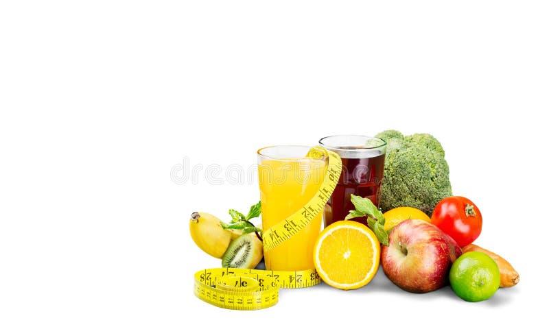 Exponeringsglas av nya fruktsaft och frukter med grönsaker arkivfoton