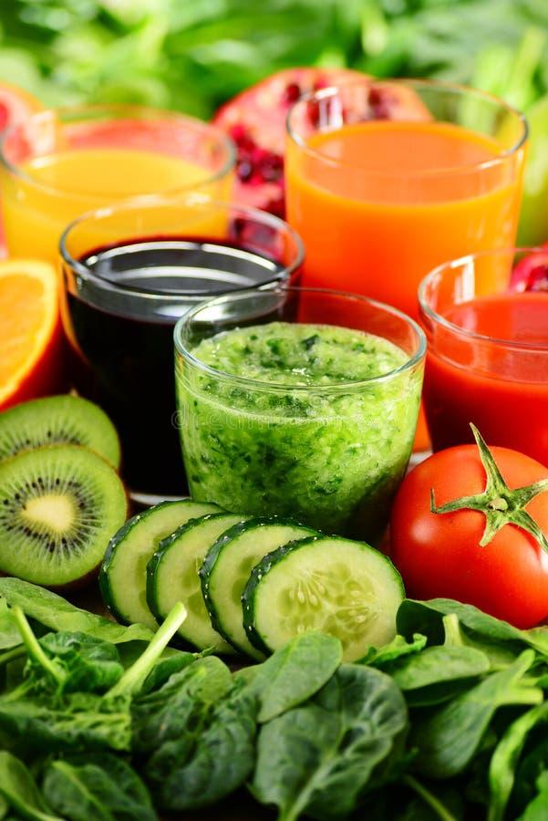 Exponeringsglas av nya organiska grönsak- och fruktfruktsafter royaltyfria foton