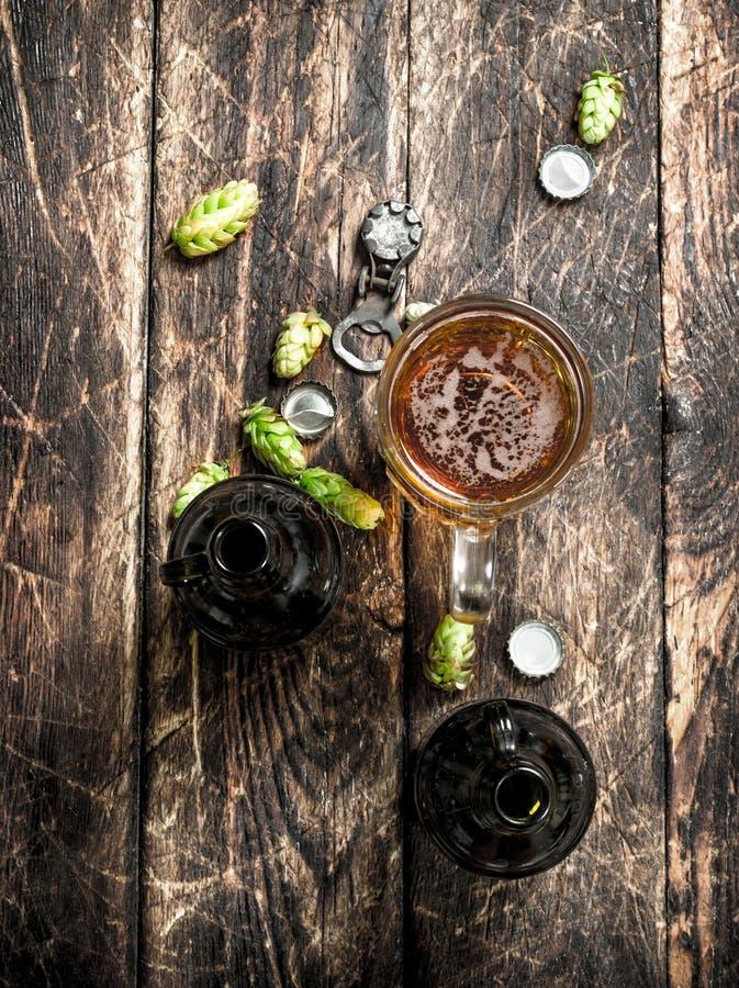 exponeringsglas av nytt öl med flaskor och kork royaltyfria foton