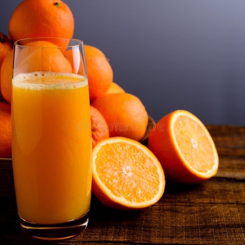 Exponeringsglas av orange fruktsaft arkivbild