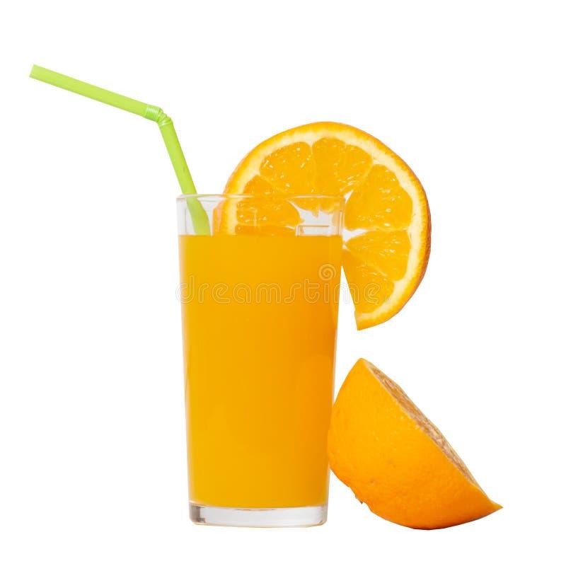 Exponeringsglas av orange fruktsaft med den isolerade skivan av orange arkivfoto