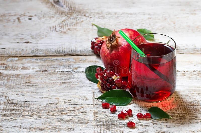 Exponeringsglas av röd granatäpplefruktsaft, sommardrink arkivbild