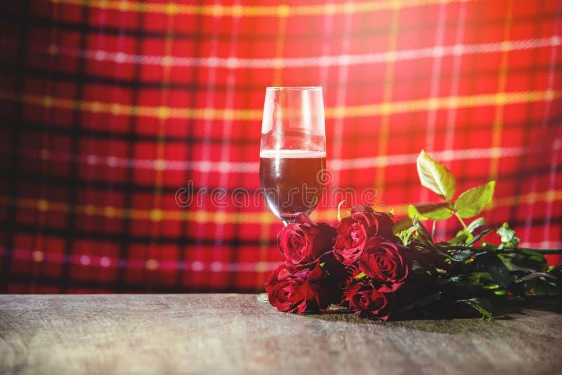 Exponeringsglas av rött vin på begrepp för förälskelse för stångvalentinmatställe romantiskt royaltyfri bild