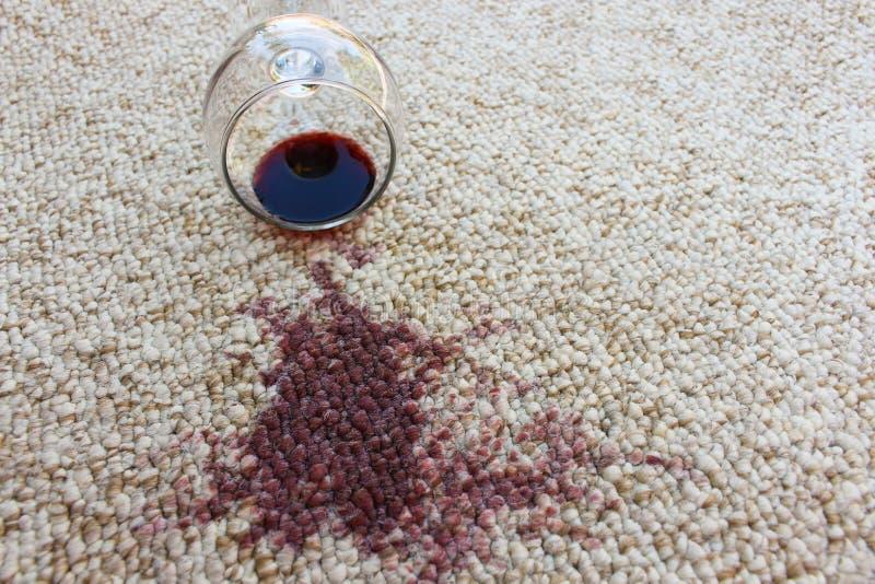 Exponeringsglas av rött vinavverkning på matta, royaltyfria foton