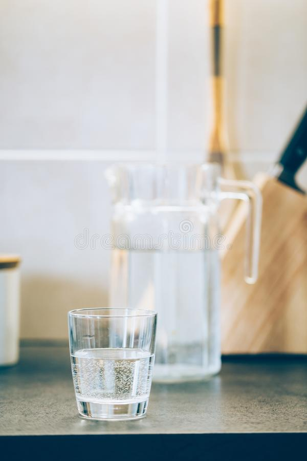 Exponeringsglas av rent vatten p? k?ksbordet royaltyfri fotografi