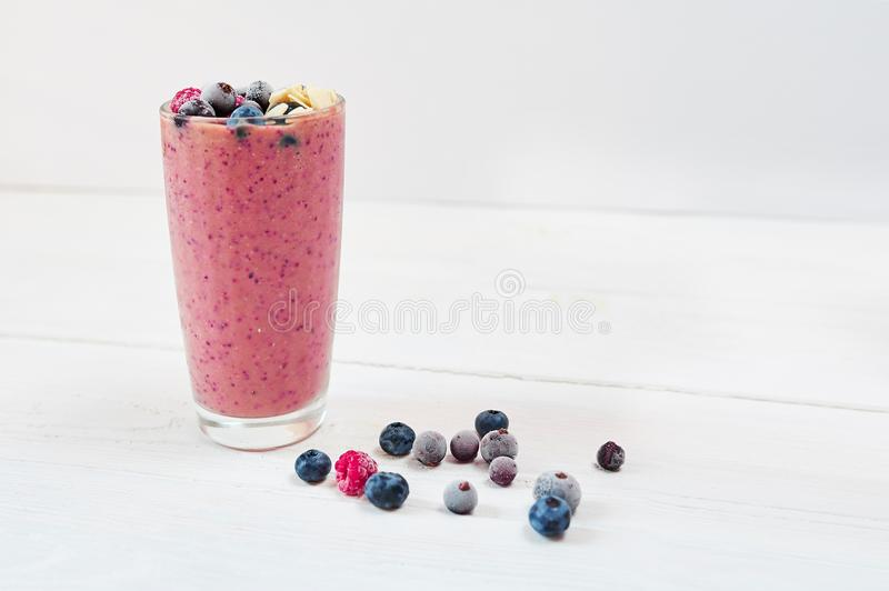 Exponeringsglas av rosa färgfruktsmoothies milkshake eller smoothie eller coctail på en vit träbakgrund Sunt saftigt vitamin fotografering för bildbyråer