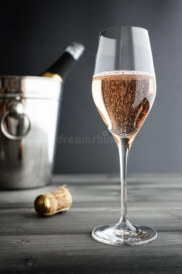 Exponeringsglas av Rose Pink Champagne och kylare royaltyfria foton