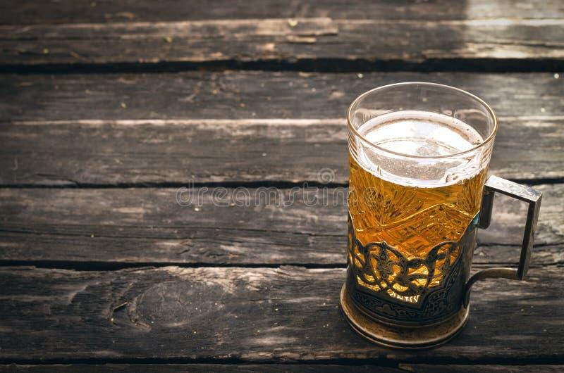 Exponeringsglas av skummigt ljust öl Alkohol i råna royaltyfri bild