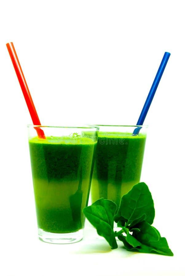 Exponeringsglas av spenatfruktsaft som isoleras på vit bakgrund, spenatsmoothie, sund drink för energi royaltyfria bilder