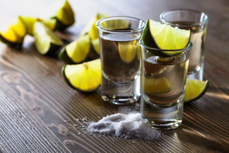 exponeringsglas av tequila- och limefruktskivor royaltyfri bild