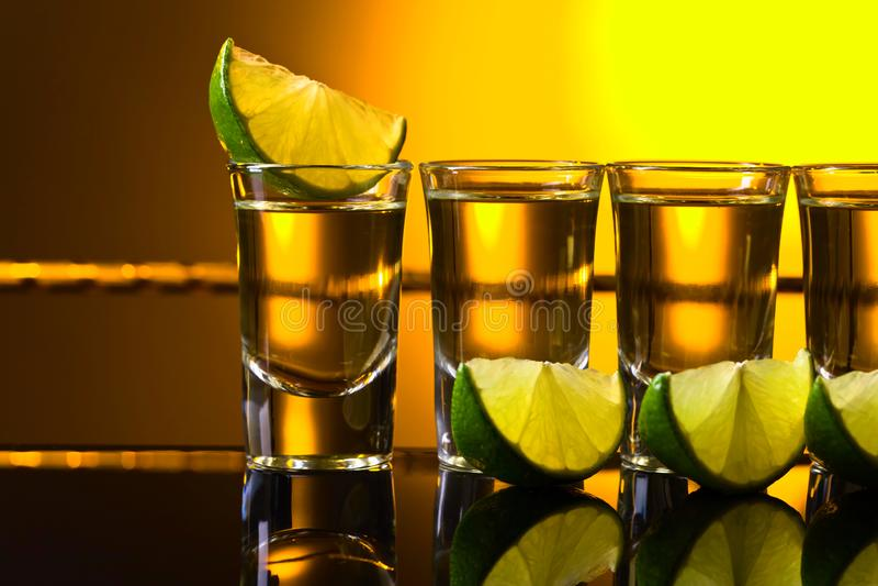 exponeringsglas av tequila- och limefruktskivor royaltyfri fotografi