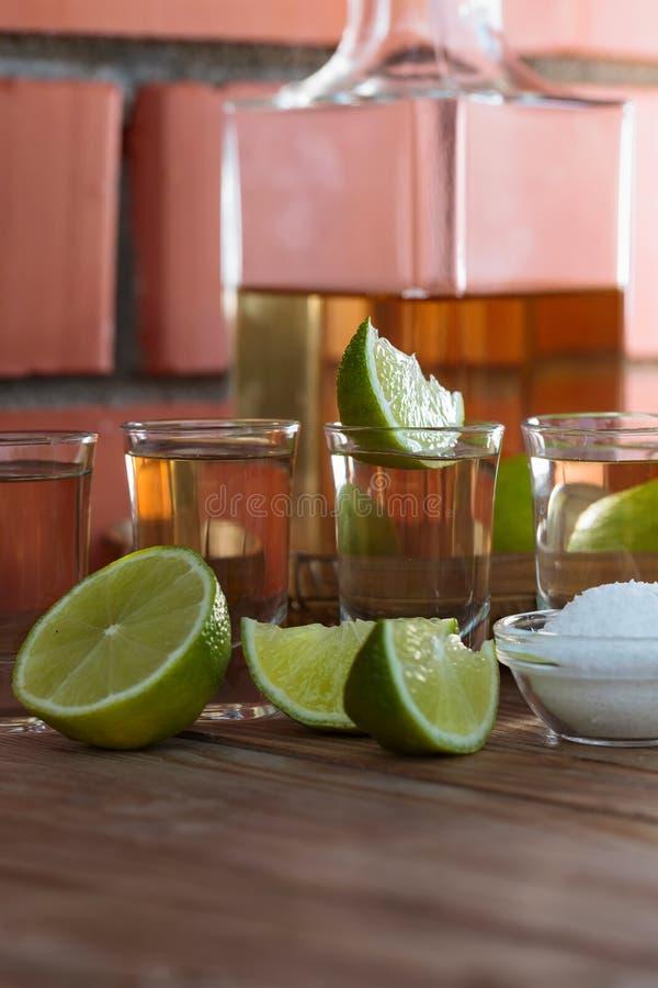 exponeringsglas av tequila- och limefruktskivor fotografering för bildbyråer