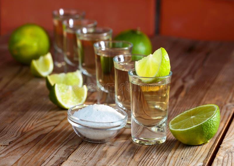 exponeringsglas av tequila- och limefruktskivor royaltyfri foto