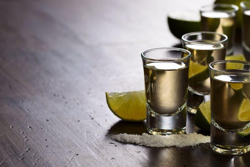 exponeringsglas av tequila- och limefruktskivor arkivfoto