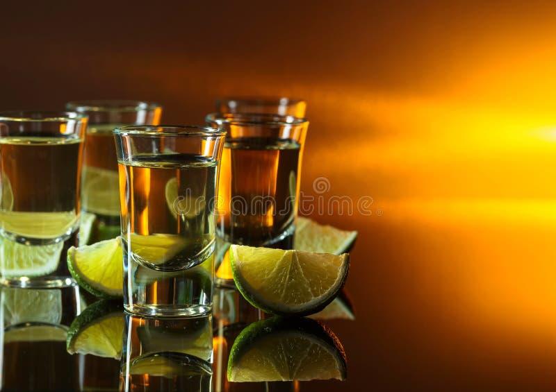 exponeringsglas av tequila- och limefruktskivor arkivfoton