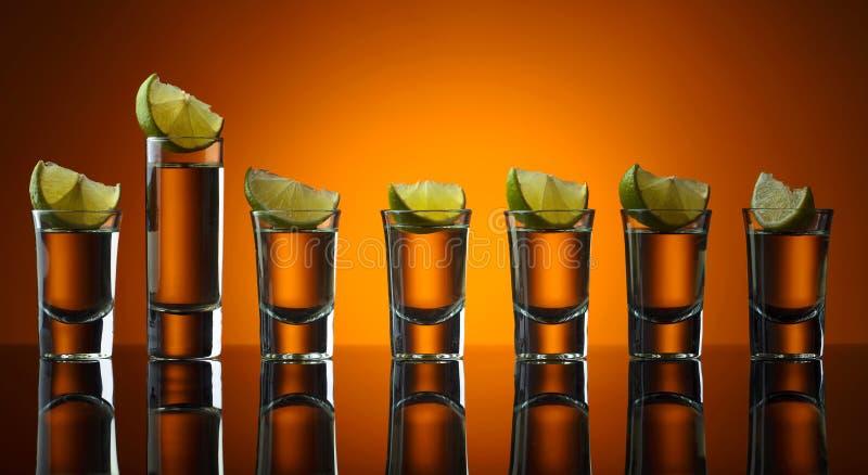 exponeringsglas av tequila- och limefruktskivor royaltyfria foton