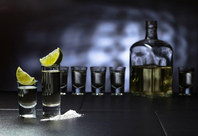 exponeringsglas av tequila- och limefruktskivor arkivbilder