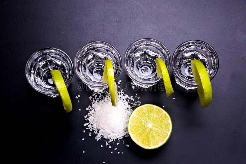 Exponeringsglas av tequila på stången royaltyfria bilder