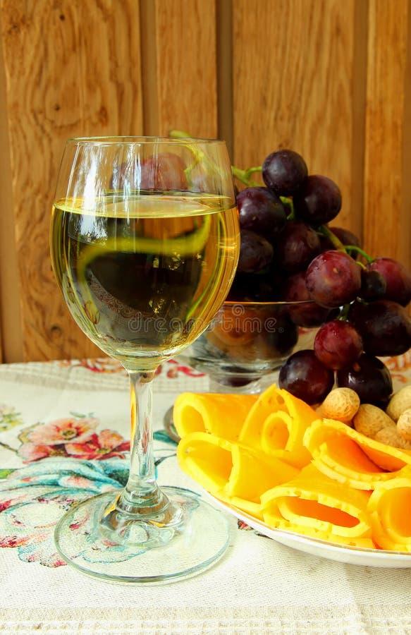 Exponeringsglas av torrt vin och ost arkivbild