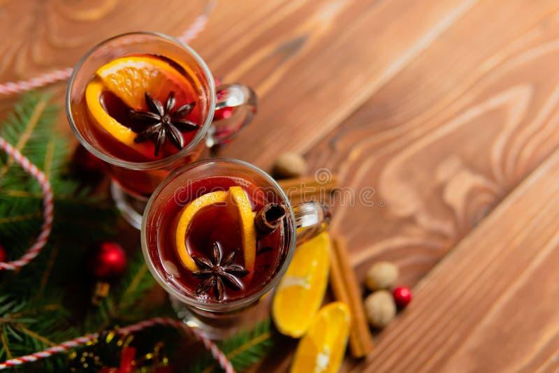 Exponeringsglas av varmt kryddigt funderat vin fotografering för bildbyråer